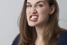 Atenção, mulheres: o fim da enxaqueca pode estar na boca